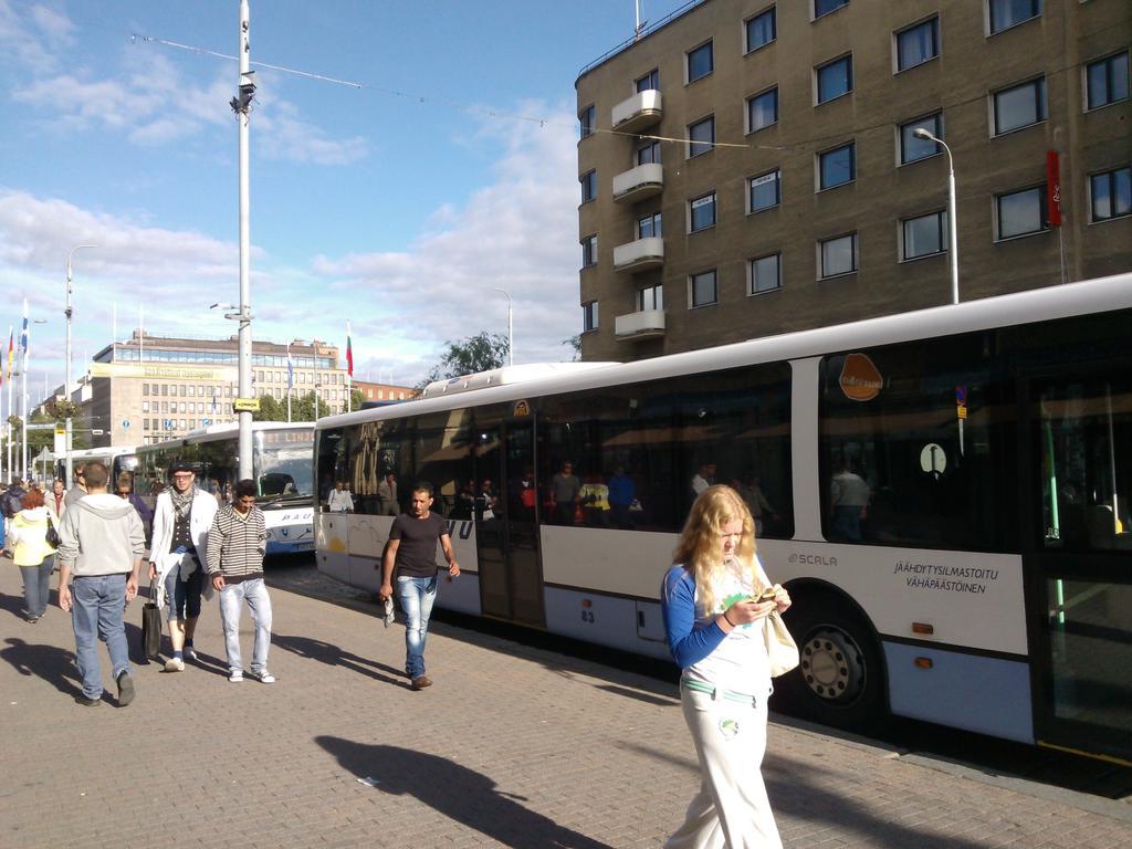 Nimi: Paunun busseja parkissa.jpg Katselukertoja: 1063 Koko: 107,6 KB